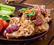 Carne de porco cortada grelhada com vegetais Foto de Stock