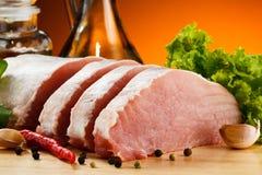 Carne de porco crua fresca na placa de corte Foto de Stock