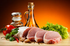 Carne de porco crua fresca na placa de corte Imagem de Stock