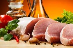 Carne de porco crua fresca na placa de corte Imagens de Stock