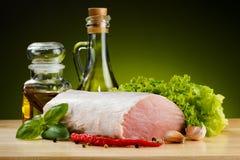 Carne de porco crua fresca na placa de corte Fotografia de Stock Royalty Free