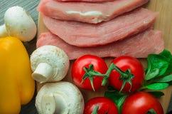 Carne de porco crua na placa de corte Foto de Stock