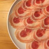 Carne de porco crua no prato no fundo de madeira Fotos de Stock Royalty Free