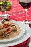 Carne de porco de assado com sause, vinho tinto e salada   Foto de Stock Royalty Free