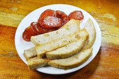 Carne de porco de Fried Vietnamese e salsicha chinesa no prato foto de stock