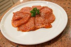 A carne de porco deslizada misturou com o molho no prato branco Fotos de Stock Royalty Free