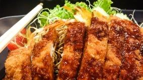 a carne de porco e o vegetal fritados friáveis com molho na placa preta, t Imagens de Stock