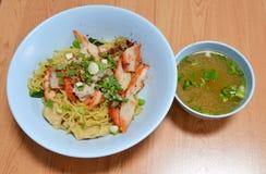 Carne de porco e sopa chinesas do assado da cobertura do macarronete fotografia de stock