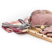 Carne de porco em uma placa de corte. Imagens de Stock