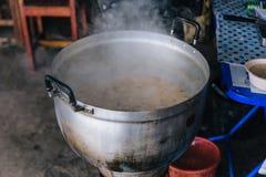 A carne de porco ferveu o arroz com córrego em uma bacia grande no mercado do alimento perto de Kew Mae Pan em Chiang Mai, Tailân Fotografia de Stock
