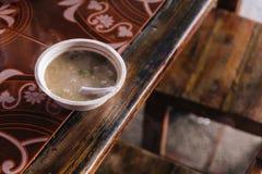 A carne de porco ferveu o arroz com o córrego na bacia da espuma com a colher plástica no mercado do alimento perto de Kew Mae Pa Fotos de Stock