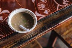 A carne de porco ferveu o arroz com o córrego na bacia da espuma com a colher plástica no mercado do alimento perto de Kew Mae Pa Foto de Stock Royalty Free