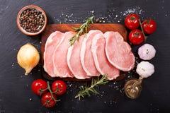 Carne de porco fresca com os ingredientes para cozinhar imagem de stock royalty free