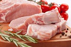 Carne de porco fresca da fileira com alecrins e especiarias Imagem de Stock Royalty Free