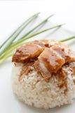 Carne de porco friável com arroz no fundo branco Foto de Stock Royalty Free