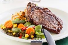 Carne de porco fritada com batatas e salada dos vegetais fotografia de stock royalty free