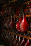 Carne de porco fumada deliciosa que pendura no smokehouse Fotos de Stock Royalty Free