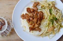 A carne de porco gorda doce no molho e na agitação do molho fritou o broto de feijão com o tofu no arroz Fotografia de Stock Royalty Free