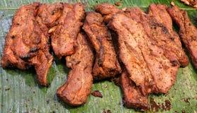 Carne de porco grande fritada vendida no mercado Fotografia de Stock