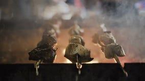 Carne de porco grelhada, assado da carne de porco O fumo aumenta sobre a carne fritada filme