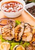 Carne de porco grelhada com a bacia de salsa e de vegetais Imagem de Stock