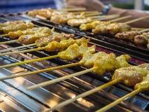 Carne de porco grelhada satay em um hotplate Fotografia de Stock Royalty Free