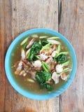Carne de porco larga dos macarronetes de arroz no molho grosso, tailandês imagem de stock royalty free
