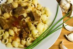 Carne de porco magra nos tomates, pimentas com massas Imagens de Stock