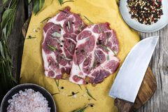 Carne de carne de porco na placa de desbastamento com especiarias imagens de stock royalty free