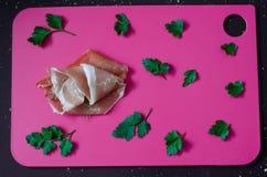 A carne de carne de porco, o crudo cortado do prosciutto e a salsa verde dispersaram ao redor Imagens de Stock