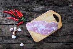 Carne de porco, pimentão e alho no fundo de madeira do vintage velho Fotos de Stock