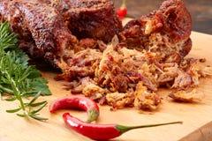 Carne de porco puxada na placa de madeira Fotografia de Stock Royalty Free