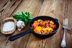 Carne de porco Roasted com pimenta doce e tomates, alho da manjericão Fotografia de Stock