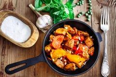 Carne de porco Roasted com pimenta doce e tomates, manjericão, alho Imagem de Stock Royalty Free