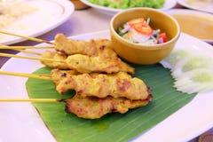 Carne de porco Satay, aperitivo tailandês com folha da banana Imagens de Stock Royalty Free