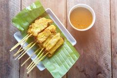 A carne de porco satay, carne de porco grelhada serviu com molho do amendoim ou molho do agridoce Foto de Stock Royalty Free
