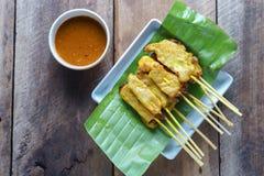 A carne de porco satay, carne de porco grelhada serviu com molho do amendoim ou molho do agridoce Imagem de Stock Royalty Free