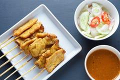 A carne de porco satay, carne de porco grelhada serviu com molho do amendoim ou molho do agridoce Imagens de Stock