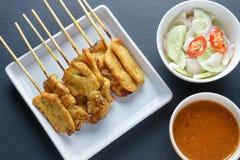 A carne de porco satay, carne de porco grelhada serviu com molho do amendoim ou molho do agridoce Fotografia de Stock Royalty Free
