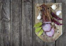 Carne de carne de porco secada com pimentas, alho e folhas de baía na tabela de madeira Imagem de Stock