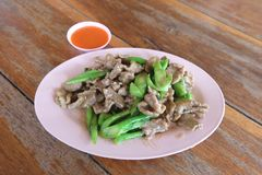 Carne de porco tailandesa do alimento com brócolis chineses com molho Imagem de Stock Royalty Free
