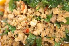 Carne de porco tailandesa do alimento com manjericão Imagens de Stock