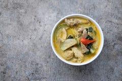 Carne de porco tailandesa do caril do verde do alimento na bacia branca Foto de Stock Royalty Free