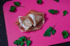 Carne de carne de porco tradicional italiana, crudo cortado do prosciutto com salsa Foto de Stock