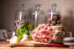 Carne de porco triturada em uma bacia de vidro fotos de stock royalty free