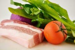 Carne de porco, vegetais verdes, cebolas e tomates, todos os tipos dos vegetais Imagem de Stock Royalty Free