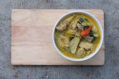 Carne de porco verde do caril na bacia branca Imagem de Stock