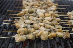 Carne de Rapan en la parrilla Barbacoa festiva deliciosa Comida y concepto del día de fiesta Cocinar los mariscos del Bbq en el f fotografía de archivo