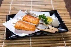 Carne de Salmon Kushiyaki del japonés, haber ensartado y asada a la parrilla Imagenes de archivo