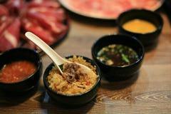Carne de Shabu e arroz fritado do alho na bacia preta Imagens de Stock Royalty Free